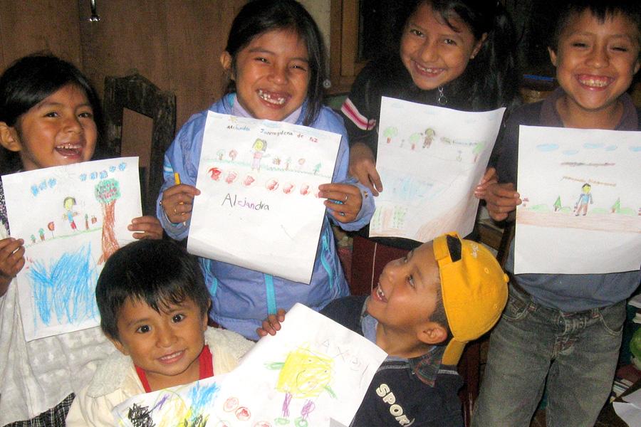 niños mostrando trabajos