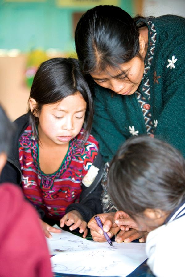 maestra ayudando a niñas